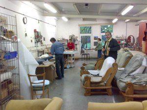 Sofa wird in Werkstatt bezogen.